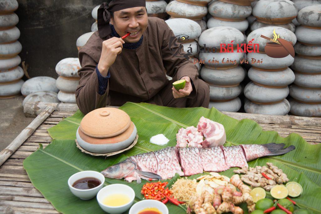 Cá trắm đen trọng lượng từ 3kg trở lên và 16 loại gia vị có trong niêu cá kho làm nên hương vị rất đặc biệt