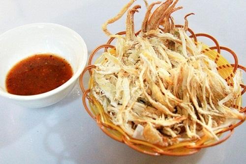 Mực nướng được xé nhỏ ăn kèm với tương ớt